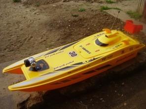 Лодка катамаран за захранка и риболов